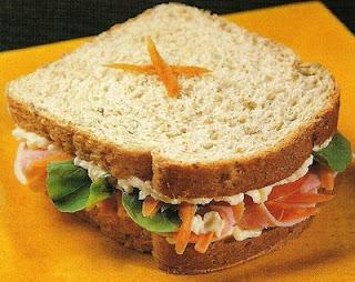 Sanduíche de peru e rúcula